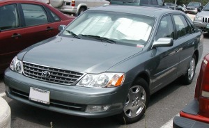 Second generation (2000-2004) Avalon. Someone had to battle the all-new Impala. (image: IFCAR/Wikimedia)